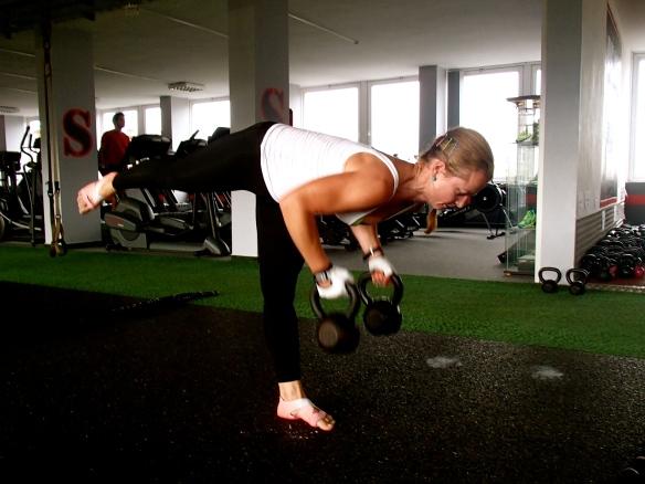 ez egy fenékgyakorlat, főleg a minimusra és a mediusra megy rá, közben bicepsz is, nagyon kell koncentrálni. kétszer 12 kilóval. 8-akat bírok, 3-4 sorozat oldalanként, mellkasig és le, mozdulatlanság, spicc a cél.